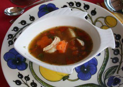 Tumma sherryllä kruunattu Kala- äyriäisliemi, keitoksikin kutsuttu, on uinut lautaselle...