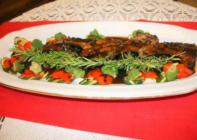 Grillattuja karitsan kyljyksiä, 3 vrk. haudutettu, punaviini- kastiketta luista ja legyymeistä. Lisukkeena paahdettua ja höyrytettyjä vihanneksia
