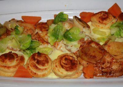 Tarjolla pariloitua miekkakalaa (albacora) sitruuna beurre blanc- kastikkeella, kreivittären perunaa ja kevyesti höyrytettyjä vihanneksia ja kasviksia. HOLA !